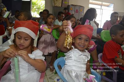 presentes aos alunos da apae