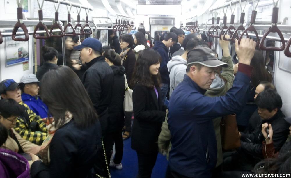 Coreanos en el metro de Seúl