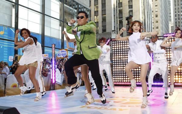 PSY (tengah) menari tarian kuda dalam program bual bicara Today di New York pada 14 September lalu.