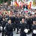 La policía alemana se quitan los cascos y marcha con los manifestantes.