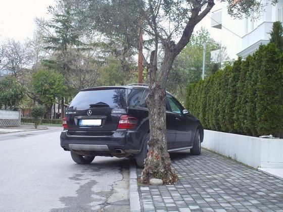 Παρκαρισμένα σε κάθε πεζοδρόμιο