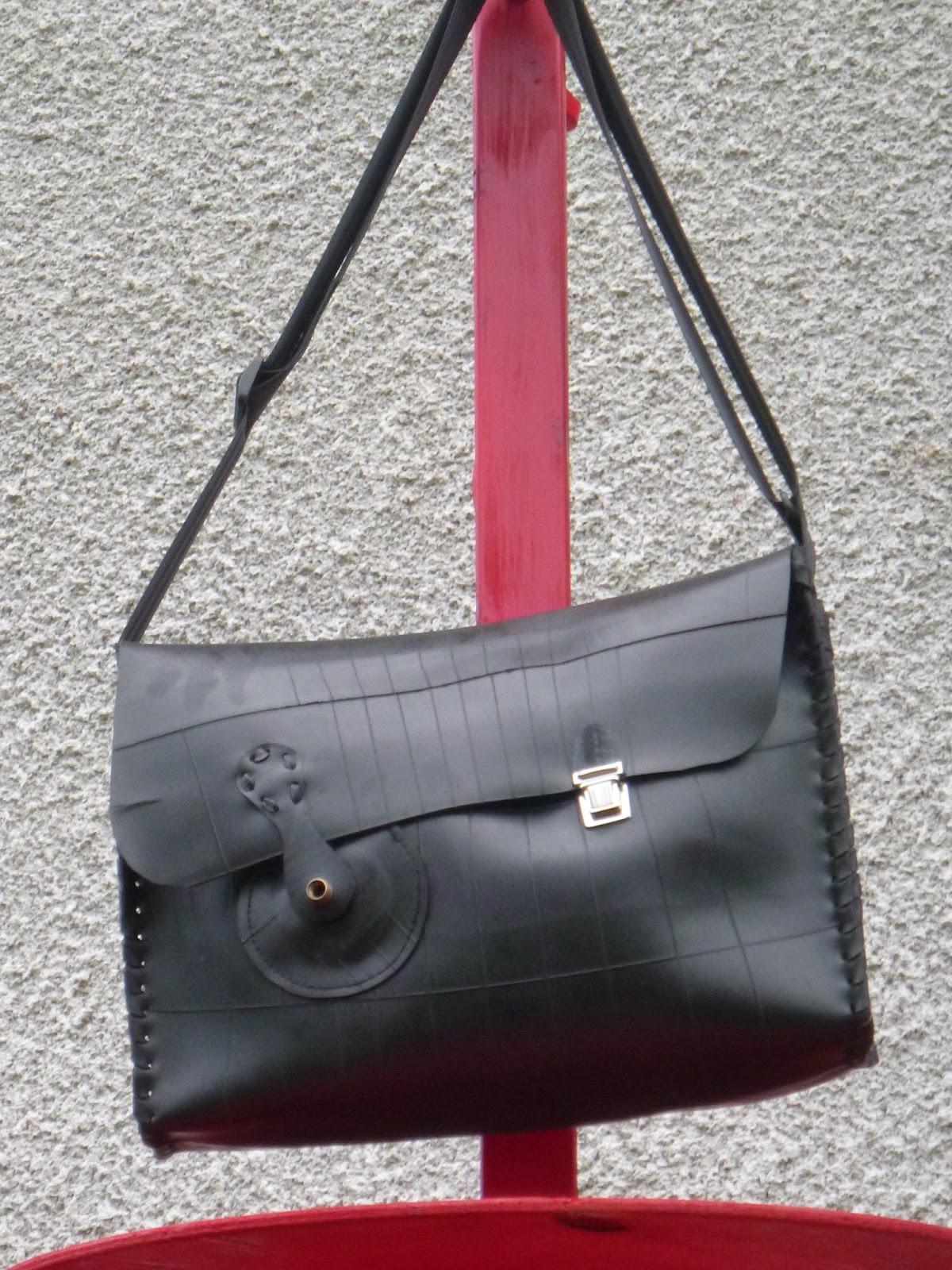 Encore du nouveau sac besace en chambre a air recycl e les sacs de lucie cr ation de sacs en - Sac a main chambre a air ...