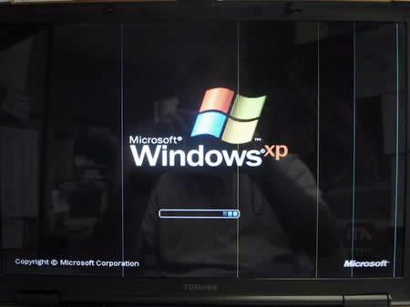 Lcd laptop berubah warna akibat terjatuh