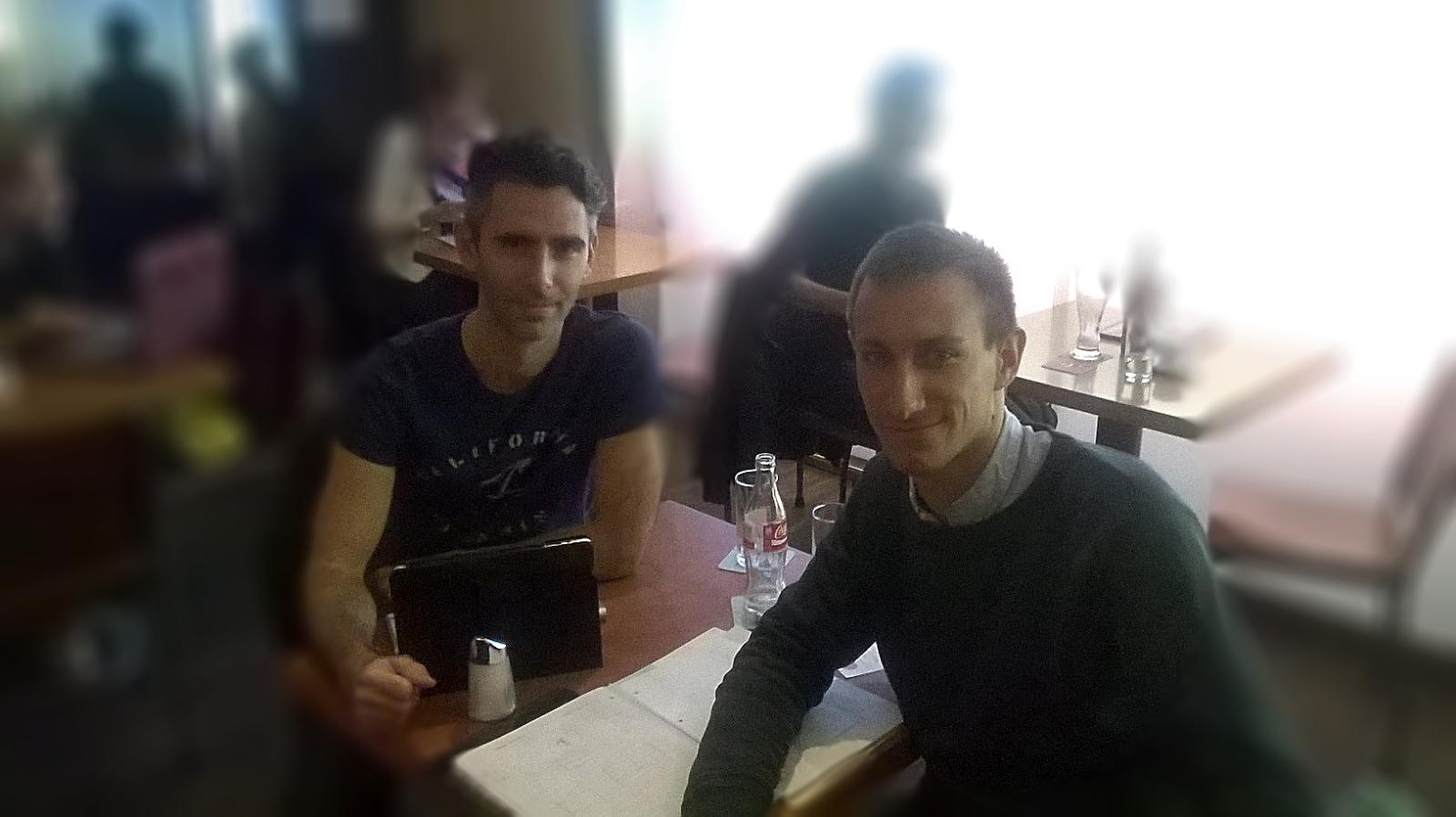 Organisationsassistent Patrick und Projektleiter Lars beim Sponsoringpakettreffen im Café Quadro