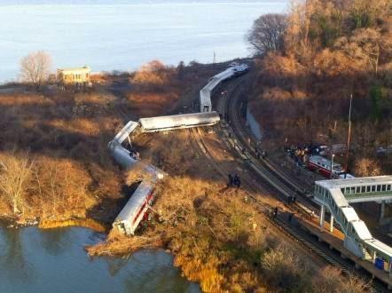 Al menos 7 personas muerieron en choque de un tren con dos autos en Nueva York
