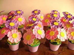 Vasinhos de flores que a Luiza fez cut cut né?