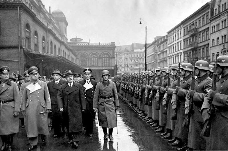 В. М. Молотов и Риббентроп обходят фронт почетного караула на Ангальтском вокзале в Берлине