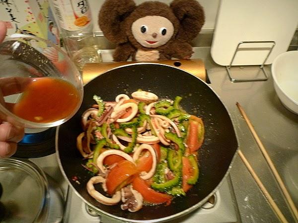 スルメイカとゴーヤのトマト炒めの作り方(3)