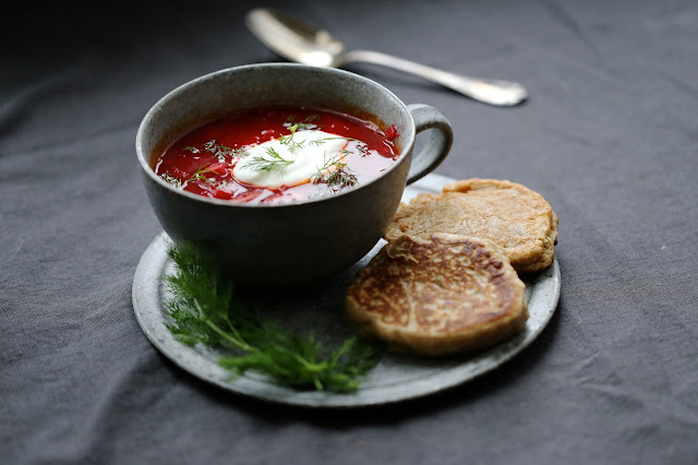 Borscht russe, betterave rouge, aneth , cuisine russe , blinis