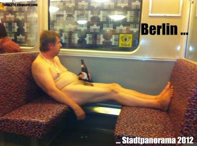 Nackt in U-Bahn Berlin stadtpanorama 2012
