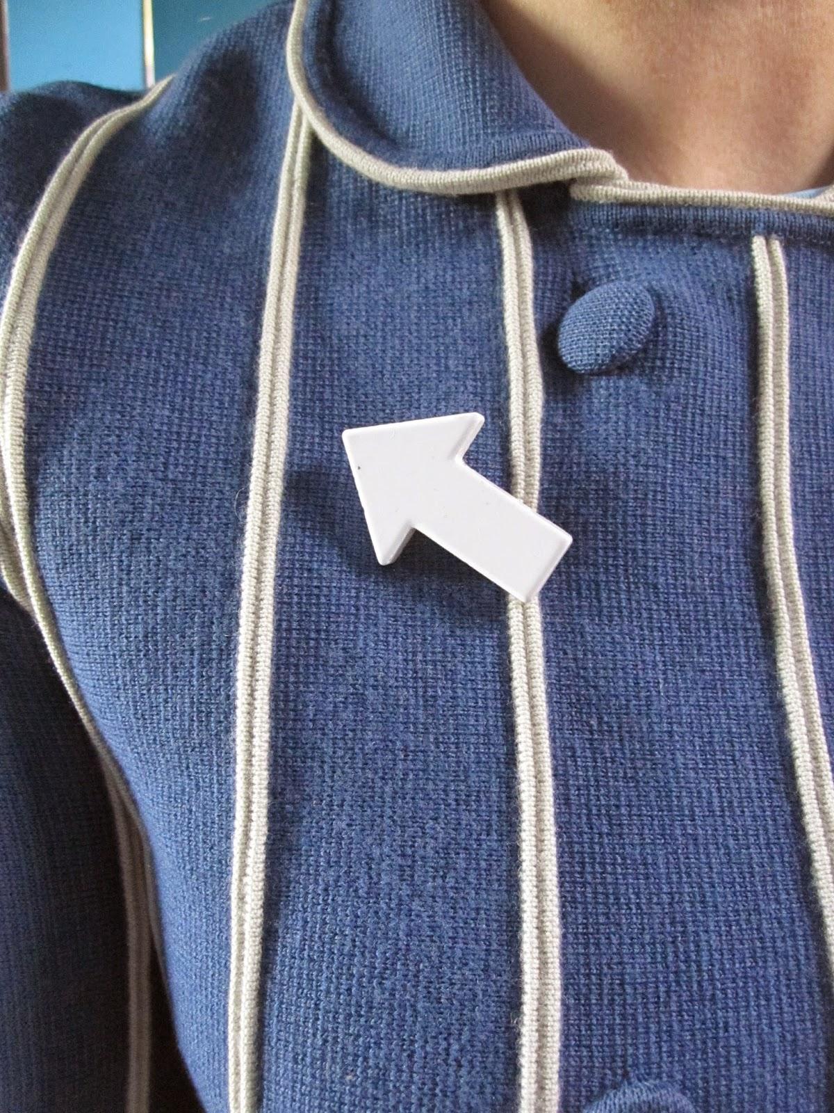 """""""Noddy Holder n'est pas une flèche"""" ??!!  A de telles inepties , des arêtes dans le gosier serait un chatiment adapté   Une épingle à nourrice dans l'iris serait tout aussi  méritée   Ca suffit les conneries,  je vais partir en flèche   Heureusement me feront oublier une telle absurdité  Lorsque j'aurais monté le son en flèche      The Jam , Weller et son pull DIY flèche  Puis les Cock Sp """"Arrow""""*  Ils sont dans le thème chéri  Par leur sublime paronymie  Termineront ceci avec brio   * Arrow = flèche , dans la langue de Maurice Moss All thats true is the ... blue, white and  Blue badge broche pinback pin button brooch vintage 60s 70s 1960 1970"""