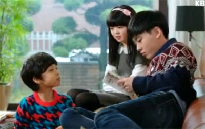 Lee Do Hyun as Kwon Man Se, Jeon Min Seo as Kwon Na Ra, and Choi Soo Han as Kwon Woo Ri, sit at home while their father is working.