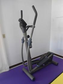 Equipamento elíptico para o trabalho aeróbico.