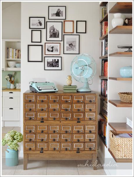 stara miętowa maszyna do pisania, stare szufladki biblioteczne katalogowe, stary wiatrak / vintage mint typewriter, vintage library catalog drawers, vintage mint fan