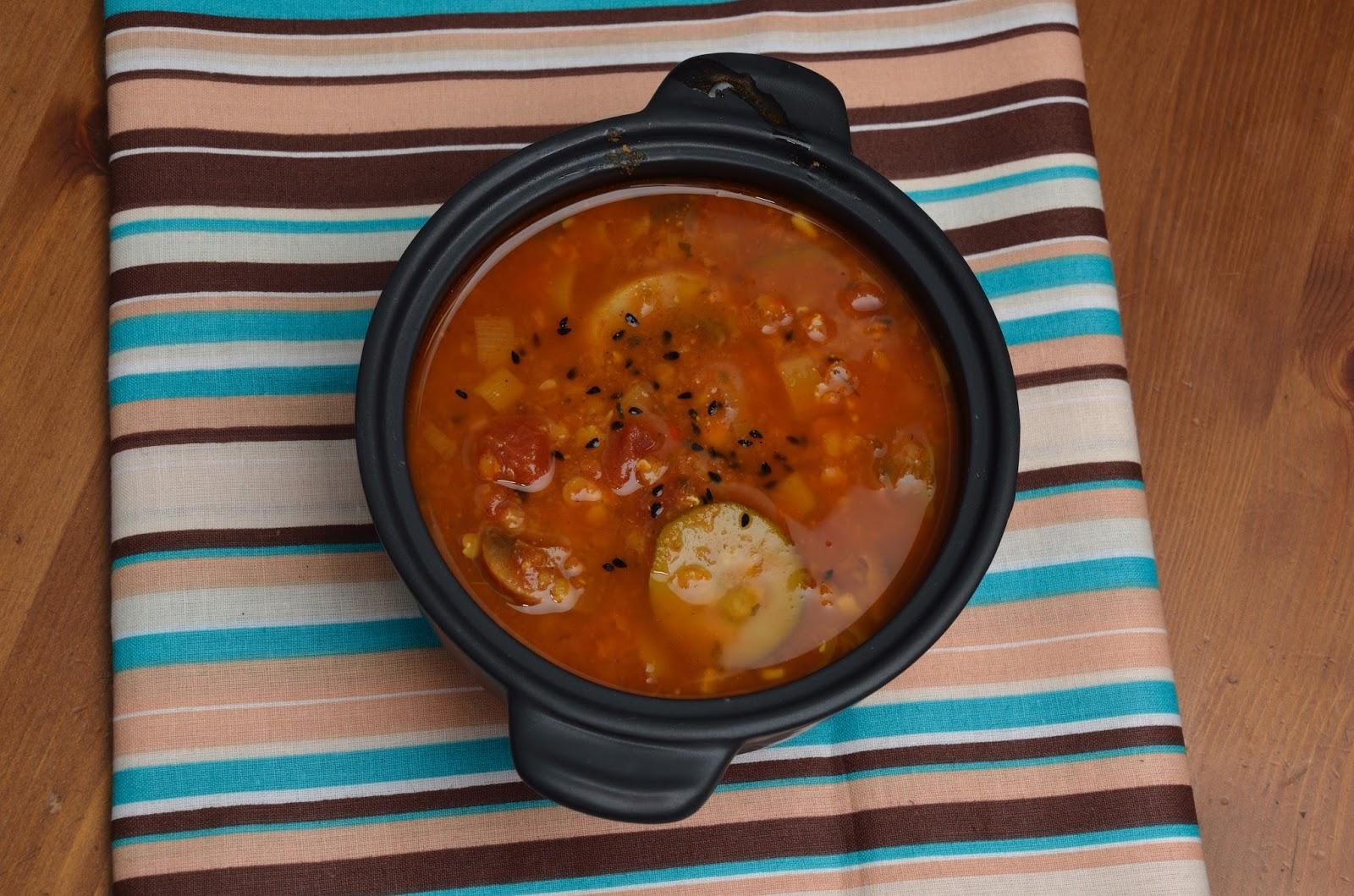 Rozgrzewająca zupa z czerwonej soczewicy z cukinią i pieczarkami