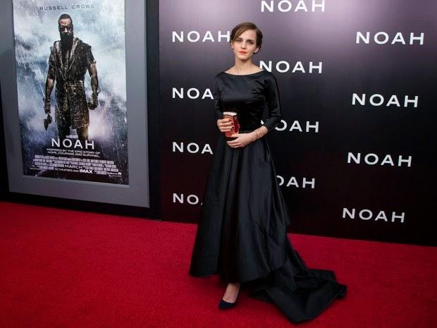Emma Watson investiu em um vestido decotado nas costas para ir à première do filme Noé, Russell Crowe e Jennifer Connelly também estiveram na pré-estreia