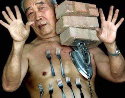 Liew Thow Lin, Manusia Magnet sedang memperagakan kemampuannya