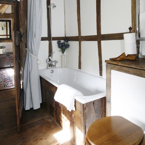 Интерьер маленькой ванной комнаты с деревянной отделкой