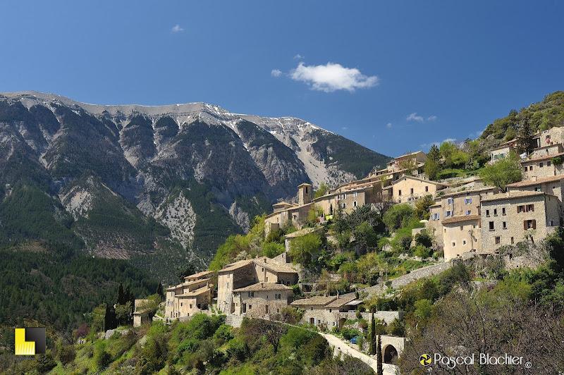 le village de Brantes au pied du mont ventoux dans le vaucluse photographie de pascal blachier pour Au delà du cliché