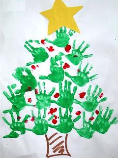 Árvore de natal com carimbo das mãos e dos pés