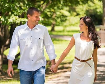علامات تدل علي إعجاب الرجل بكٍ,رجل امرأة يتمشيان يمشيان نزهة ,man woman couple walking