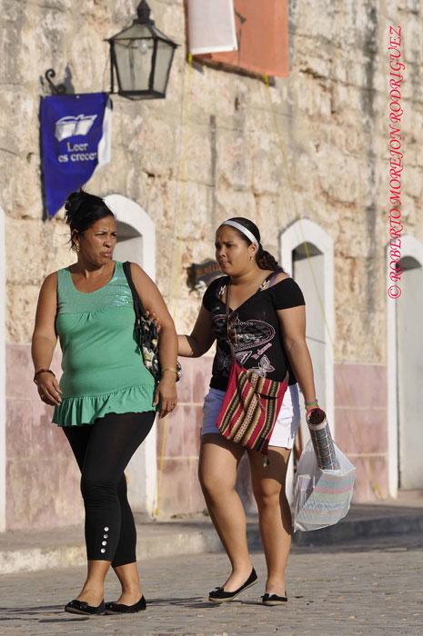 Una madre con su hija en la Fortaleza San Carlos de la Cabaña, durante el desarrollo de la XXII Feria Internacional del Libro Cuba 2013, en la Habana, el 21 de febrero de 2013.