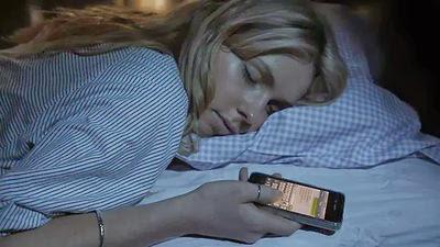 Pesquisa online realizada pela KRC Research ouviu 7.112 donos de smartphones e conclui que  60% das pessoas dormem segurando o smartphone