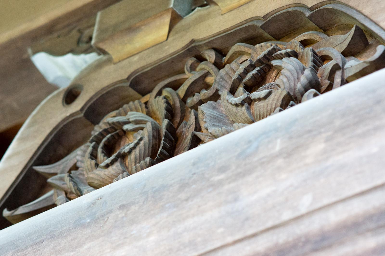 貫井神社、本殿の蓮の彫刻飾りの写真