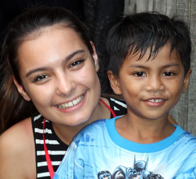 Sourires du jour avec un jeune habitant de Beung Trabaèk en compagnie d'une volontaire de CGF Foundation. Photo Christophe Gargiulo