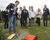 Onderzoeker Koen Zuurbier legt de EM-39 probe uit: een handige tool om tot op grote dieptes de aanwezigheid van zoet en zout water vast te stellen. Freshmaker. Bron: www.stowa.nl