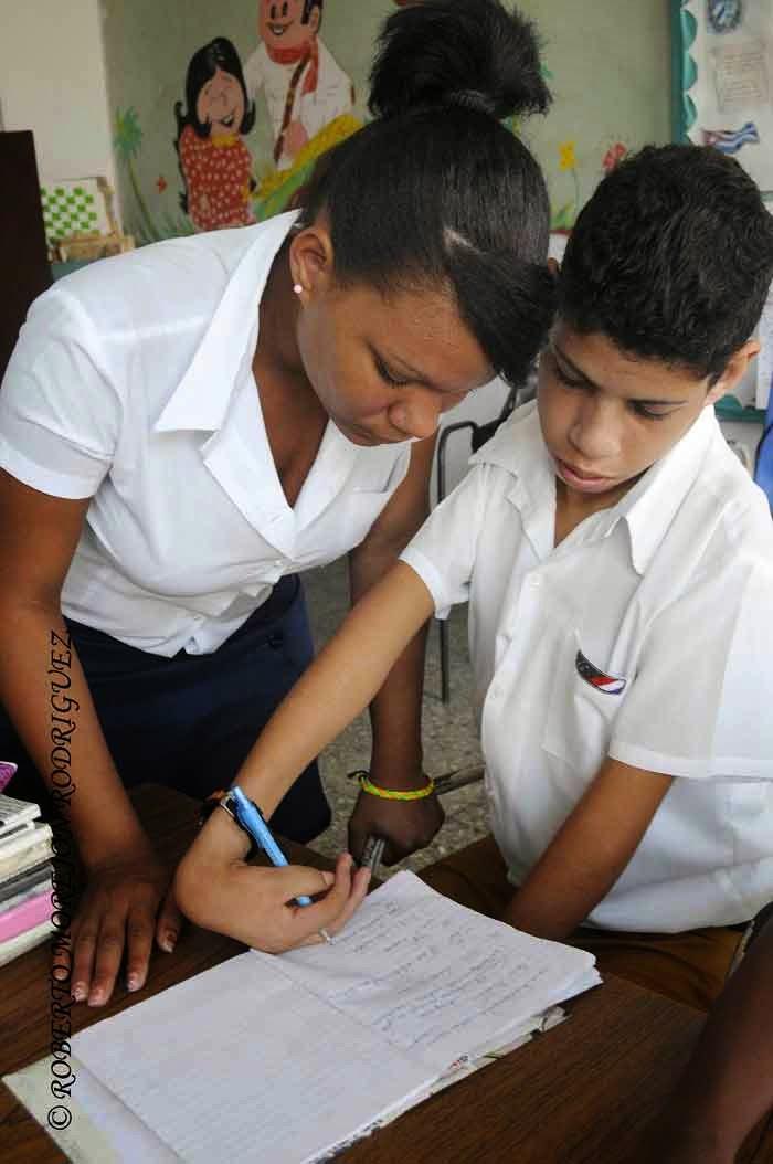 Una estudiante de pedagogía (I) asesora a un alumno de la escuela especial Solidaridad con Panamá, en La Habana,  Cuba, el 9 de septiembre de 2014.