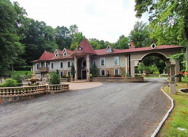 For the price to more lower of $ 2.99 Million in early 2015, the actress put back her Towaco Mansion at New Jersey to grown by significantly less than its before asking price of $ 3.99 Million on September 2014.