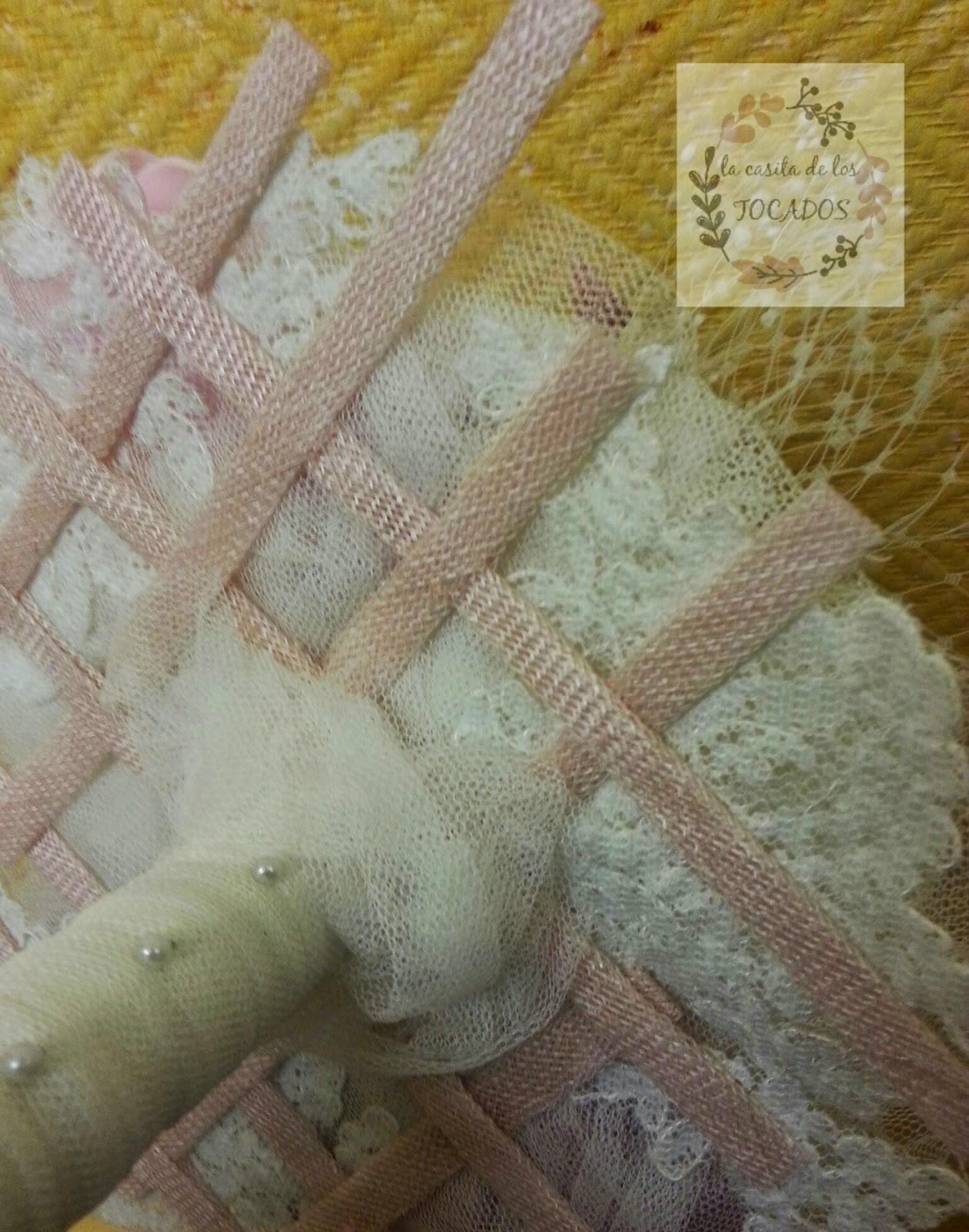base de ramo de novia original realizado con sinamay en rosa vintage, tul y aplicaciones de encaje