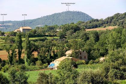 Vers el sud-oest veiem les masies del Casó i La Vila, del terme de Montclar. Més allunyada apareix la granja de Can Barri i la muntanya de La Torre de Montmajor, ja dins el terme de Montmajor