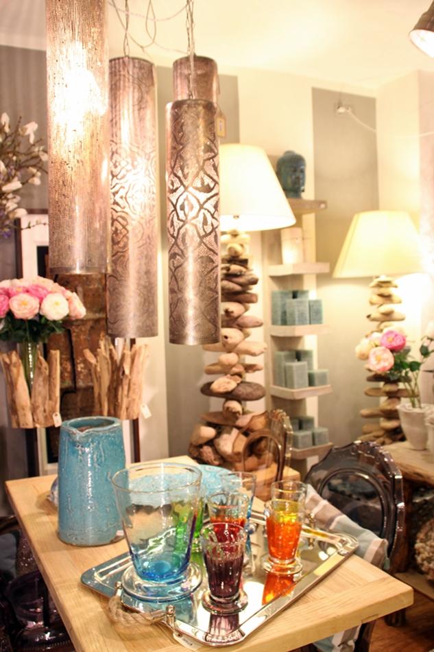 Tisch mit diversen bunten Flaschen und Gläsern im Interior GEschäft odore e colore Palma