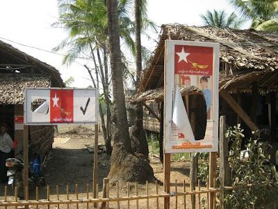 ေျမာင္းျမျမိဳ႕ NLD ပုိစတာမ်ား ဖ်က္ဆီးခံရ