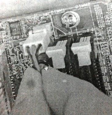 Memasang konektor CPU fan