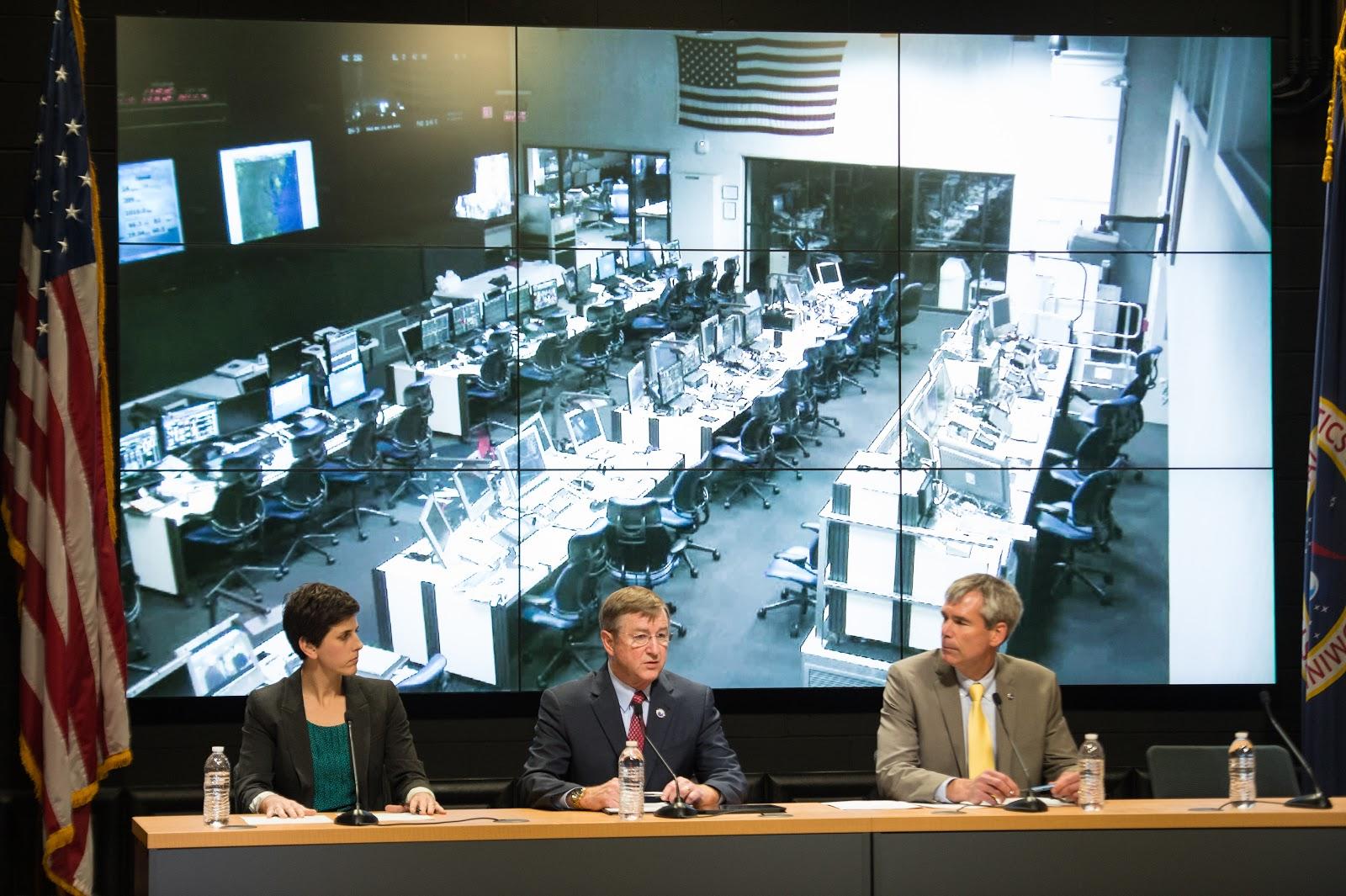 Rachel Kraft là phát ngôn viên của NASA (trái), Frank Culbertson là phó chủ tịch ở Tập đoàn Orbital Sciences (giữa) và Bill Wrobel là giám đốc bãi phóng Wallops của NASA (phải) trong một buổi họp báo được tổ chức sau khi sự cố xảy ra vào tối ngày 28/10/2014. Bản quyền hình ảnh : NASA/Joel Kowsky.