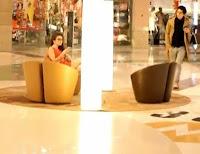 Hombre cae al piso por ver una linda mujer