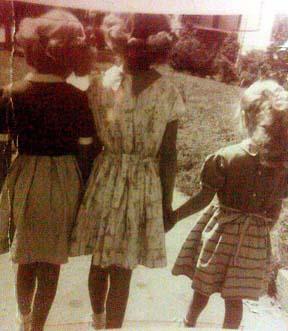 3 knitting sisters