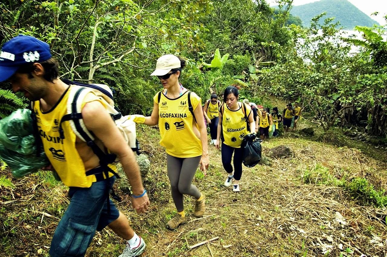 Voluntários do Instituto EcoFaxina e da Fundação SOS Mata Atlântica durante ação realizada em 2012 na APA da Serra do Guararú. Foto: Rodrigo Aquino/Instituto EcoFaxina