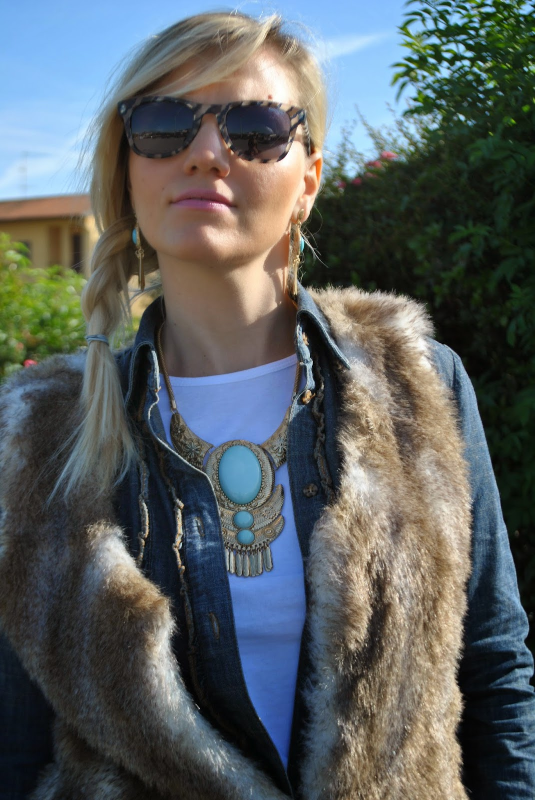 outfit autunnali casual outfit jeans camicia in denim cuissardes e  gilet in ecopelliccia orecchini e collana etnica majique london hoe to wear cuissardes how to wear faux fur vest oautumnal outfit autumnal casual outfit mariafelicia magno mariafelicia magno fashion blogger colorblock by felym fashion blogger italiane fashion bloggers italy italian girl ragazze italiane fashion blogger bionde blonde girls