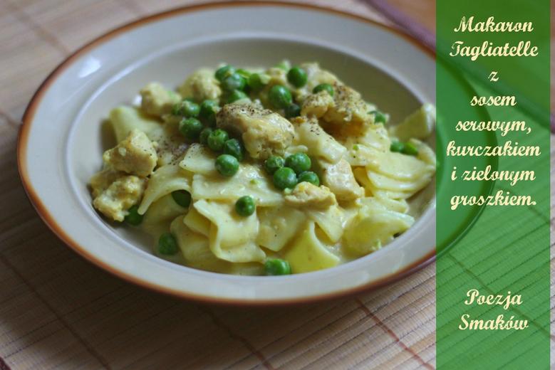 Tagliatelle z sosem serowym, kurczakiem i zielonym groszkiem. Szybki obiad.