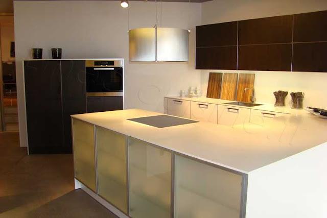 cuisine blanche et noire en U avec meubles vitrés et plaque de cuisson en retour