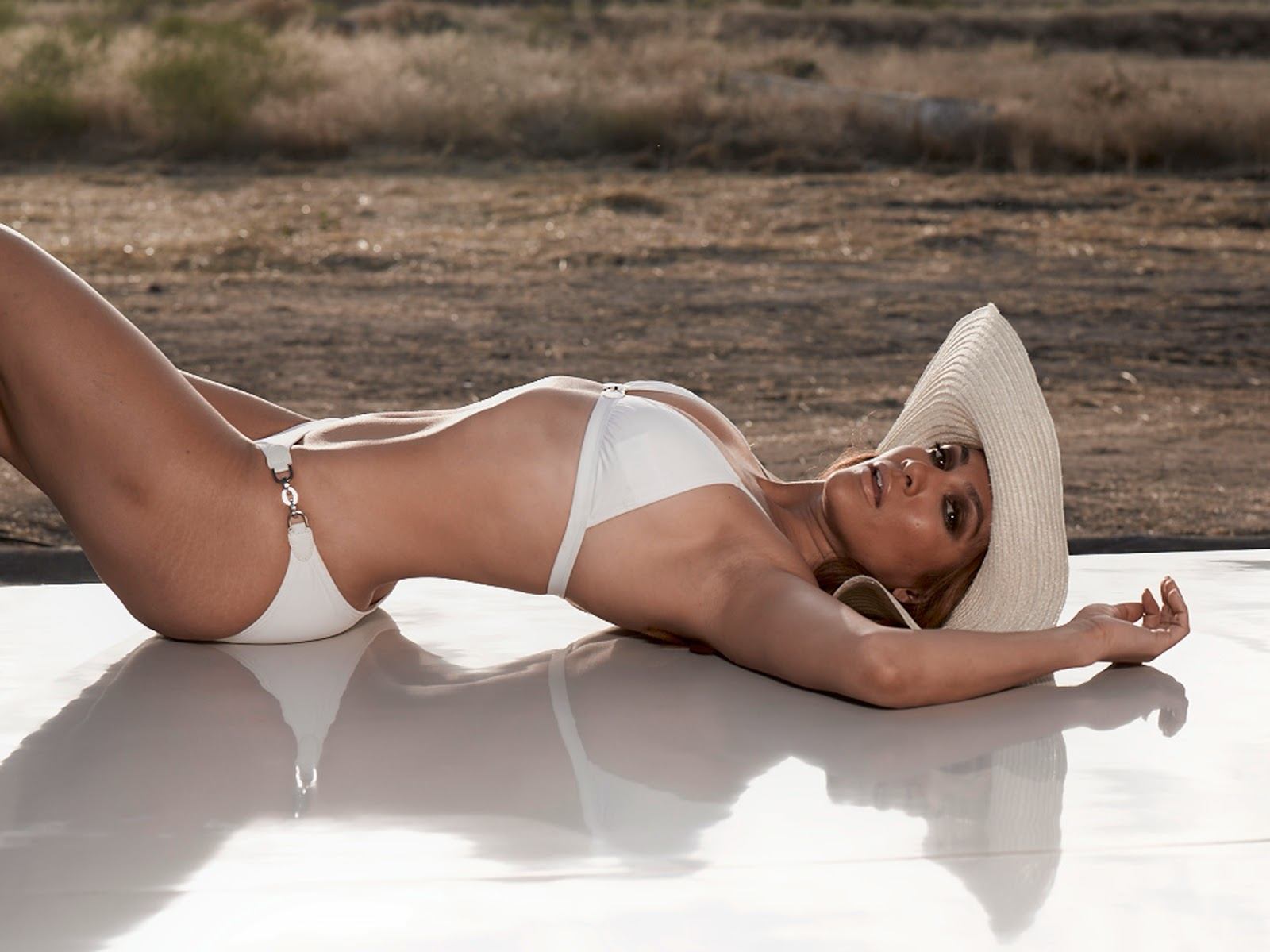 Jennifer Lopez is one of the leading singers in this modern. Jennifer Lopez is the celebrity women with his owners best butt, as this Jennifer Lopez Bikini lingerie likes to use. Here is a white Bikini belongs to Jennifer Lopez, a very beautiful photo.