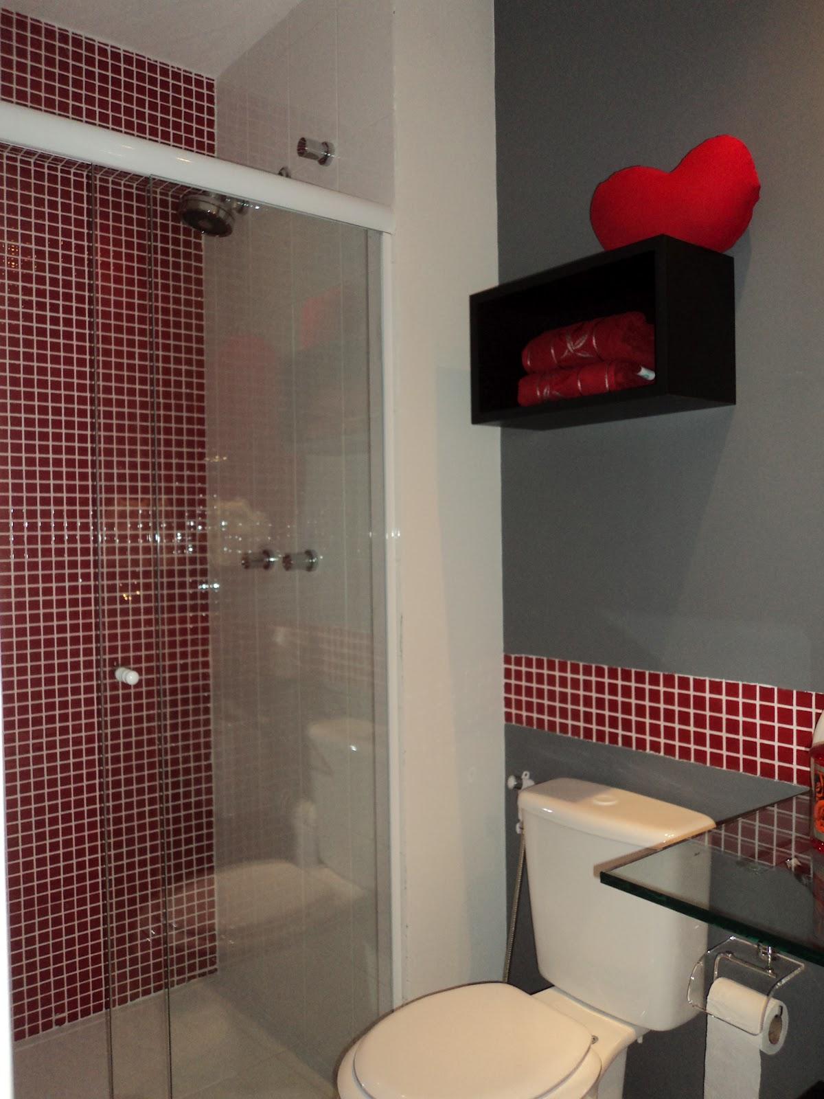 bancada em granito foi substituída por vidro incolor com cuba de  #B60816 1200x1600 Bancada Banheiro Vermelha