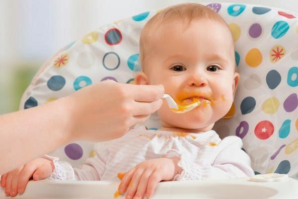 دليلك المتكامل للأطعمة التي يجب عدم تقديمها لطفلك قبل بلوغ عامه الأول