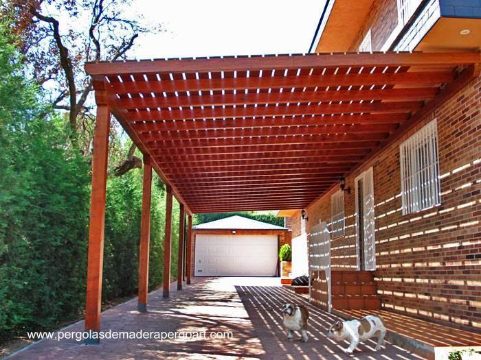 Moderna pérgola de madera como galería de una residencia