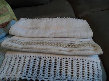 Toalha de lavabo com ilhós, ponto paris, ponto quatro e barrado de crochê