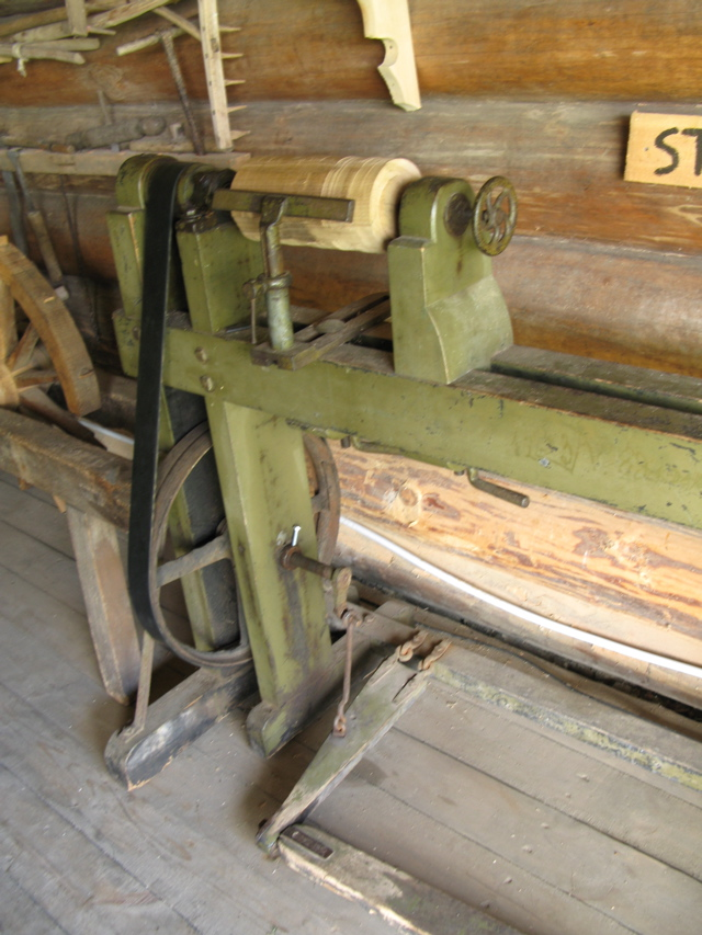 Woodworkers guide hand powerd woodworking treadle lathes for Woodworking guide